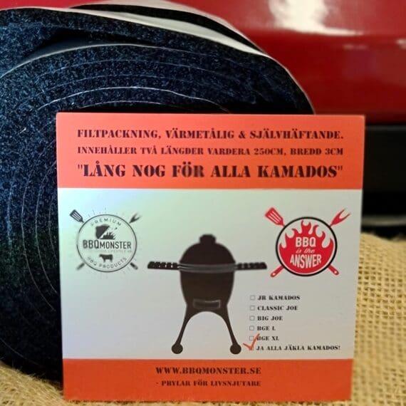 """Filtpackning, självhäftande, värmetålig Passar alla Kamado och storlekar för Kamado Joe Big Green Egg m.fl. Att byta filtpackning varje eller vartannat år förhindrar att din Kamado börjar smygdra luft och därmed bli ostabil i temperaturen. Den värmetåliga packningen kan användas till mer än enbart kamados, exempelvis pellet smokers, offset smokers, bullet smokers eller klotgrillar som smygdrar luft och läcker rök. Denna förpackning värmetåliga Filtpackningar från BBQmonster ger dig nu TVÅ längder vardera 250cm långa och 3cm breda (tidigare var du med en BIG Joe eller BGE XL tvungen att köpa 2 paket men nu löser ett paket det). Detta gör att denna förpackning av värmetålig filtpackning numera """"passar alla jäkla storlekar av Kamadogrillar"""". Värmetålig packning för Kamado Joe och andra Kamadogrillar används för att ersätta originalpackningen när den blivit utsliten. Denna kamadopackning är 3cm bred, vilket är nödvändigt för en Kamado Joe. Primo och vissa andra märken behöver inte en lika bred packning och då tar du helt enkelt efter montering ett vasst rakblad och skär rent den del av packningen som är överhängande insidan av kamadon. Med denna sats med värmetålig filtpackning kommer du få över material även på de stora Big Joe och BGE XL mfl. Så här mycket material går åt: Classic Kamados med galler diameter 47cm (ex Classic Joe, BGE, Primo 47) 55cm diameter (mät hela kamadon från ytterkant till ytterkant) = 173 cm uppe och 173 cm nere. 70cm diameter (mät hela kamadon från ytterkant till ytterkant) = 220 cm uppe och 220 cm nere Packningen innehåller 2 längder á 250cm så som synes är det gott mått!"""