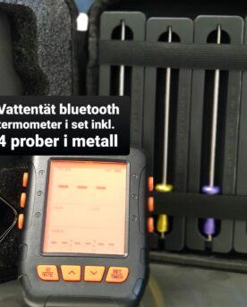 Trådlös, vattentät smart bluetooth termometer Detta är den hittills mest kompletta BBQ och Grilltermometer med Bluetooth och smart app som BBQmonster haft i lager. Den nya varianten är vattentät, även i ingången från kontakten från proben. Denna appstyrda Bluetooth termometer kommer med 4 stycken uppdaterade probes (med aluminiumhandtag) och klarar ytterligare 2 stycken om det skulle krävas (alltså upp till 6 mätpunkter samtidigt). Lång räckvidd Vid fri sikt utomhus har du upp mot 60 meters räckvidd, detta mått är kanske av mindre betydelse och de flesta bryr sig mest om att det det skall finnas räckvidd från grillen som står på uteplatsen och in till mobilen oavsett var i huset denna befinner sig. Med väggar emellan säger specifikationen upp till 30 meter men som vanligt beror slutligen räckvidden på vilket material som finns mellan termometer och telefon. Vid test i en villa med stenväggar (murblock och tegel) finns täckning från grillen som står 6 meter från huset och vidare in hela villan som är 14 meter lång. Ju mer fönster och ju mindre väggar det finns emellan desto längre räckvidd. Vattentät Denna trådlösa termometer är vattentät och kan med gott samvete sova utomhus om BBQfesten skulle göra ditt minne sprött... Tunna nålar Detta är den senaste Bluetooth termometern i BBQmonsters sortiment. Den levereras med uppdaterade nålar (probes) som har en tunnare spets och en ännu tåligare uppbyggnad. Dessa probes tåler upp till 380 grader (tidigare modell i silikon upp till 250 grader). Tunn spets på nålen gör att köttet blöder igenom mindre. Enkel installering Det finns en risk att du som kund får rysningar när du hör ordet Bluetooth tillsammans med ordet termometer - BBQmonster förstår dig. Detta är den första serie av Bluetooth termometers som hållit måttet för det som är allas första baskrav: enkel parkoppling, lättanvänd app som inte kräver en massa behörigheter och tillgång till andra funktioner än notiser, plats och Bluetooth. Smidig smart App som ritar graf ö