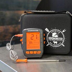 BBQmonsters bästa termometer för konstant övervakning i grill kamado eller smoker.Trådlös, vattentät smart bluetooth termometer Detta är den hittills mest kompletta BBQ och Grilltermometer med Bluetooth och smart app som BBQmonster haft i lager. Den nya varianten är vattentät, även i ingången från kontakten från proben. Denna appstyrda Bluetooth termometer kommer med 4 stycken uppdaterade probes (med aluminiumhandtag) och klarar ytterligare 2 stycken om det skulle krävas (alltså upp till 6 mätpunkter samtidigt). Lång räckvidd Vid fri sikt utomhus har du upp mot 60 meters räckvidd, detta mått är kanske av mindre betydelse och de flesta bryr sig mest om att det det skall finnas räckvidd från grillen som står på uteplatsen och in till mobilen oavsett var i huset denna befinner sig. Med väggar emellan säger specifikationen upp till 30 meter men som vanligt beror slutligen räckvidden på vilket material som finns mellan termometer och telefon. Vid test i en villa med stenväggar (murblock och tegel) finns täckning från grillen som står 6 meter från huset och vidare in hela villan som är 14 meter lång. Ju mer fönster och ju mindre väggar det finns emellan desto längre räckvidd. Vattentät Denna trådlösa termometer är vattentät och kan med gott samvete sova utomhus om BBQfesten skulle göra ditt minne sprött... Tunna nålar Detta är den senaste Bluetooth termometern i BBQmonsters sortiment. Den levereras med uppdaterade nålar (probes) som har en tunnare spets och en ännu tåligare uppbyggnad. Dessa probes tåler upp till 380 grader (tidigare modell i silikon upp till 250 grader). Tunn spets på nålen gör att köttet blöder igenom mindre. Enkel installering Det finns en risk att du som kund får rysningar när du hör ordet Bluetooth tillsammans med ordet termometer - BBQmonster förstår dig. Detta är den första serie av Bluetooth termometers som hållit måttet för det som är allas första baskrav: enkel parkoppling, lättanvänd app som inte kräver en massa behörigheter och tillgång till a
