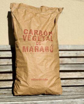 """Grillkol - BBQ kol av Marabu """"Cuba kol"""" 13kg - perfekt för low & slow Marabu kol, även kallat Cuba kol är en kol som lämpar sig extremt bra för både BBQ och Low & slow Marabu kol är långsamtglödande och mycket stabil på låga temperaturer. Askmängden som lämnas över är minimal vilket gör den extra lämplig i täta kamados. Visserligen kan Marabu kol bli våldsamt varm om du har tålamod för det, men det är för low & slow, indirekt grillning och BBQ som du skall välja detta kol. Vid höga temperaturer sprätter, smäller och skjuter kolen men vid låga temperaturer är den lugn och fin - """"väck inte den björn som sover"""". Cuba kol ger en mycket bra glödtid på low & slow. Kolen avger endast en svag doft vilket gör den till ett bra val när du själv vill sätta tonen med rökträ. Marabu kol kommer av namnet på vad det snabbväxande buskträdet """"sickle bush"""" kallas på Cuba. Cuba kol kommer alltså som en direkt förklaring till att detta kol oftast har ursprung just från Cuba. Buskträdet är egentligen en ärtväxt med rötterna i Syd Afrika. På latin heter det """"Dichrostachys cinerea"""", och förutom nämnda namnet Marabu kallas även buskträdet som ger Cuba kol för """"Kalahari Christmas tree"""", """"Bell mimosa"""" samt """"Chinese lantern tree"""". Att säga att kärt barn har många namn är i detta fall en lögn, eftersom att det bara är vi """"grillers"""" och """"kol-farmarna"""" som gillar detta buskträd. Övriga bönder och markägare är mindre glada för växten då den är extremt livskraftig och invasiv. Marabu busken kan bli över 10 meter hög och kan växa i de mest karga jordar och tuffaste klimat. Med tanke på hur Marabu busken breder ut sig är det goda nyheter när Cuba kol numera blir mer och mer känt och eftertraktat. Eftertraktat tack vare sin förmåga att glöda länge och lämna väldigt lite aska efter sig - speciellt viktigt när man kör low & slow i täta grillar som Kamados som enbart suger luft från en given ingång. Beskrivning Det finns en stor visuell skillnad på Cuba kol jämfört med många andra kolsorter - bitarna är """