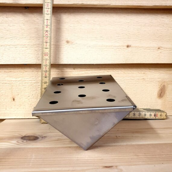 Skapa rök på ett smidigt sätt i din gasolgrill med denna V-formade rökbox. Fyll den med rökflis eller rökspån och placera mellan flammskydden - smidigt!