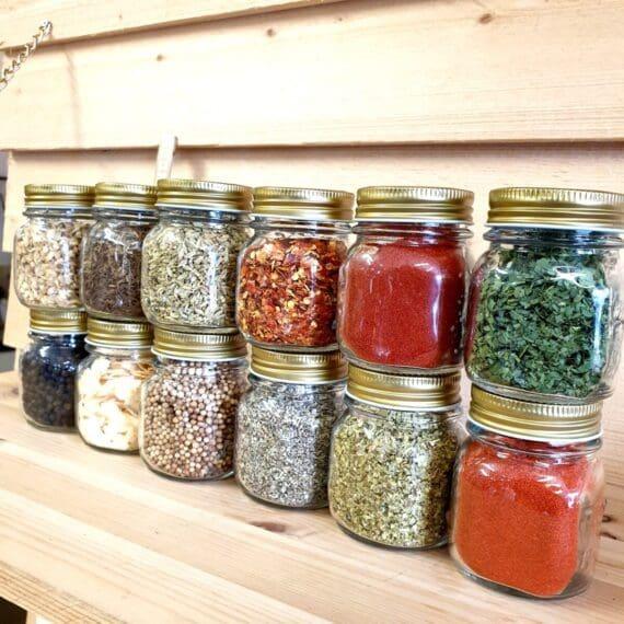 Hos BBQmonster kan du köpa örter och kryddor förpackade i glasburkar med tätslutande lock av metall. Du kan bland annat välja mellan följande örter och kryddor: rökt paprika, tellecherry svartpeppar, fänkål, salvia, chiliflakes, ramslök, vitlöksflakes, koriander, ingefära, oregano, kummin, sötpaprika, bockhornsklöver, grönpeppar samtliga används vid framställning av BBQmonsters egna serie med rubs: #RubsByBBQmonster