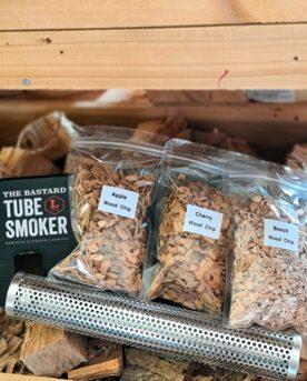 Smoker Tube - Rökrör för rökflis, spån och pellets - perfekt för både kolgrillar och pelletsmokers En smoker tube är ett rör med hundratals hål som hjälper dig att skapa rök i grillen, kamadon eller pelletsmokern. Smoker tube kallas på svenska rökrör och många har upptäckta att dessa rör ger fler timmar rök för mindre pengar (läs - undvik att elda upp din rökved). Många köper smoker tube för att prova på kallrökning, något som kan fungera om det är tillräckligt kall utemiljö som är tillräckligt tät. Experimentera dig fram genom att använda pellets eller träflis eller en combo av de två. Tänd fyr på träet med en rejäl tändare och placera det lätt lutande så att askan (restprodukten av trä och pellets) packar sig nedåt i tuben. För att få maximal glödtid och rök så kan du testa att tända från två olika håll och likaså experimentera med lutningen på röret. I paketet medföljer tre provpåsar med flis: bok, körsbär och äpple (80gram x 3), Längd: 30cm, Diameter: 5cm