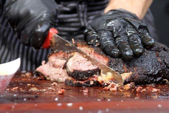 Svarta puderfria nitrilhandskar för livsmedelshantering. Perfekt för att krossa pulled pork eller för att mysa med en brisket