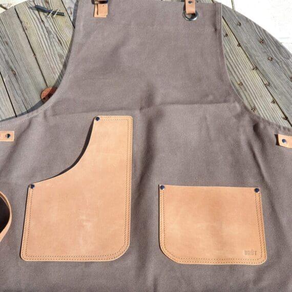 Här har du ett riktigt snyggt förkläde i grov Canvas. Detaljerna är gjorda i äkta läder och skapar perfekta kontraster. Ett förkläde som passar lika bra i köket som ute vid grillen när du kör bbq eller grillar