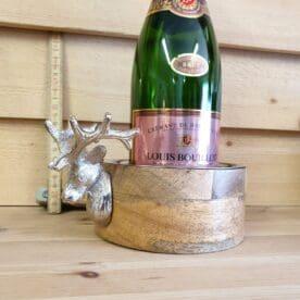 """Flaskunderlägg / Bottle Coaster av vackert mangoträ dekorerad med en hjort i metall Snygg inredning för Cottage och Lodge lifestyle! Detta är ett flaskunderlägg som blir kronan på verket i din snygga dukning. I denna bottle coaster av mangoträ ställer du din flaska och undviker risken för ringar på bordet eller duken. Snygg dekor i form av en hjort som passar både slottet och timmerstugan. Levereras i en vacker presentförpackning - utmärkt present med andra ord! Bricka i trä med metallhandtag i form av hjorthorn Mysigt i stugan och grillhörnan inredning för en """"Lodge lifestyle"""" och """"Cottage lifestyle"""" BBQmonster har lanserat ett utvalt koncept av prylar som ryms inom begreppet Lodge lifestyle och Cottage Lifestyle, en växande trend är nämligen att vi söker oss mot en inredning som skall ge oss lugn och gemyt. För många är sannolikt den ultimata målbilden en spartanskt inredd stuga, gärna med träväggar, öppen spis och en lurvig fäll på golvet. I dessa två koncept skall BBQmonster försöka hitta guldkornen (eller silver eller trä...) som symboliserar och skapar känslan av mysfaktor hög. Butiken i Ödåkra är i sig själv inredd med liggande träpanel och inredning som skall skapa en skön känsla, Det är utifrån kunders frågor kring inredning som BBQmonster fick idéen att utöka med dessa Lodge Lifestyle och Cottage Lifestyle. Planen är inte att göra om BBQmonster till en inredningsbutik, utan fokus kommer fortsatt vara på GRILL och BBQ - men då livsnjuteri vid grillen är starkt närbesläktat med livsnjuteriet som sker under en weekend i stugan, i fjällen eller kanske i ditt hem som du format utefter att få känslan av en timmerstuga, jaktstuga eller någon annan målbild som du ser för ditt inre."""