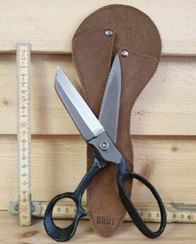 Brutalt snygg kökssax som kommer i läderslida. Verkligen vassa skär som klipper genom det mesta. Bra bett och rejäl kvalitet. Blir en snygg i köket, häng den gärna på en matchande köttkrok