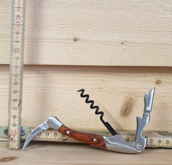 Snygg design i matt, borstat stål och med rosenträ som skapar vacker kontrast. Korkskruven har en böjd kniv som gör det enkelt att skära av folie eller plastförseglingen som sitter över korken