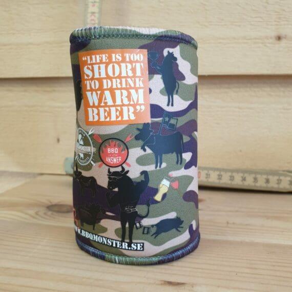 Denna beer can cooler i cool camouflage / BBQ design är gjord av 5mm tjock neopren. Håller din öl kyld i solskenet och ger dig ett bättre grepp - Life is too short to drink warm beer!