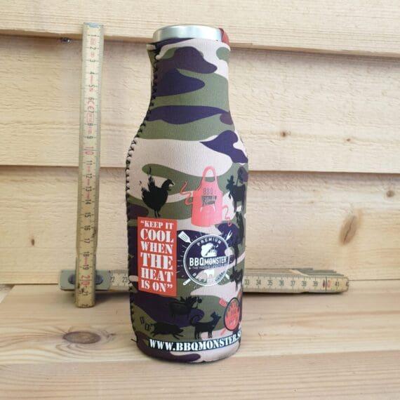Denna beer bottle cooler i cool camouflage / BBQ design är gjord av 4mm tjock neopren. Håller din öl kyld i solskenet och ger dig ett bättre grepp - Keep cool when the heat is on!