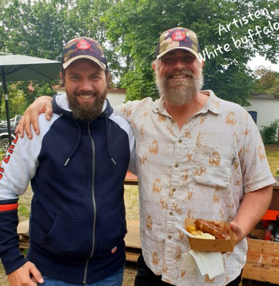 En BBQ trucker keps är givet när du kör BBQ och Grillning. På bilden syns även artisten White Buffalo, från en konsert i Skåne sommaren 2019 och såklart med en BBQ trucker Keps från BBQmonster