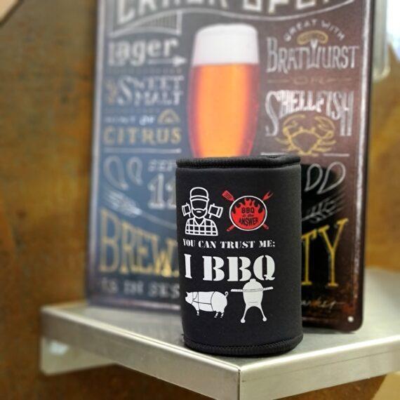 """Stubby holder, Beer can cooler ölfodral i neopren - håller din 33cl burköl kall och ger ett bra grepp och förhindrar frostskador på tappra grillare under årets kalla period! - Life is too short to drink warm beer, you can trust me - I BBQ! Öl och BBQ är som Yin & Yang - balans mellan hetta och kyla. Att då ölen piper iväg och blir ljummen är inte bra - dålig karma väntar. Se därför till att hålla din burköl kyld. På vintern när du riskerar frostskador på dina händer är denna stubby holder, beer can cooler, ölfodral i neopren fullständigt given i grundutrustningen för grillers. Mer instagram-vänligt Äntligen kan nu också våga ta fram dina """"fulöl"""" och trycka ner dessa i en beer can holder i neopren och helt plötsligt är Instagram bilden ok! Grilla med stil och klass genom att använda rätt grilltillbehör. På BBQmonsters Stubby holder som är sobert svart finner du texten """"You can trust me, I BBQ"""" - för visst är det så, Gott folk grillar! 5mm tjock neopren, rejäl kvalitet med platt, rund fast botten för stabiliteten. Hål för att förhindra kondens i botten. Passar alla 33cl standard burkar En perfekt present till den grilltokige eller Ölentusiasten (ofta samma person...). Ta även en kik på denna keps i samma stil, om du vill sluta skrynkla pannan i solljuset:"""