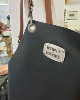 Brickwalls and Barricades Läder förkläde - snyggt i kolsvart skinn med bruna läderremmar