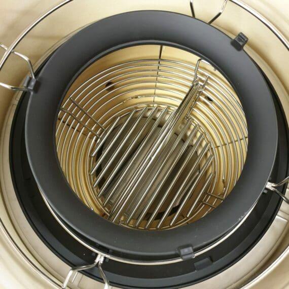 """Bilden visar hyperbolic insert monterat i kamado joe classic 3, på denna del placeras ett """"lock"""" som agerar som en inre skorsten som får luften att turbulera"""