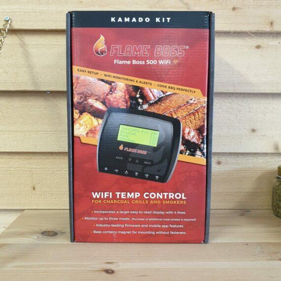 Flame Boss 500 WiFi kan övervaka 3 olika köttdetaljer samt styra omgivningstemperaturen i din Kamado. Omgivningstemp-proben är i form av en krokodilklämma som fiffigt kläms fast i Kamadon i direkt närhet till köttet. Om tempen avviker från det inställda drar fläkten in mer luft och ökar därmed tempen tills måltempen är nådd igen. Tack vare displayen behöver du inte ta upp din telefon för att se aktuella temperaturer - stor fördel mot mer simpla modeller. Displayen är bakgrundsbelyst.