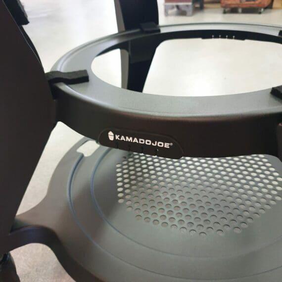 Kamado Joe Classic 3 - en ny nivå av Kamados där innovationerna avlöser varandra. Eller vad sägs om Hyperbolic insert för ännu jämnare värmefördelning och bättre cirkulerande rök. Mer rök = mer smak och bättre bark