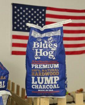 """Grillkol Blues Hog BBQ team, USA Proffsig grillkol gjord utav Hickory, ek och Lönn kol som ger en så pass grym doft att det inte krävs extra rökträ! Wow! Det räckte med att lasta in de 8 pallarna med denna proffsiga grillkol från Blues Hog BBQ USA för att bli sugen att testa kolen på beef ribs, utan extra rökträ! Doften från säckarna är påtaglig, det luktar som att man redan har tänt upp sin Kamado och preppat den med hickory chunks. Faktum är att BBQmonster aldrig tidigare upplevt att kolen i sig räcker för att skapa tillräckligt med god doft och tillräckligt med rökpartiklar för att bygga bark på köttet - men nu med denna Lumpwood charcoal från Blues Hog BBQ team USA skedde det - wow! Okej, BBQmonster har testat grillkol som har betydligt större fraktioner och bitar. Vi har testat kol med betydligt längre glödtid men vi har inte testat en kol som ger en så perfekt avvägd röksmak och fin bark på köttet med mindre än att vi har använt flis och chunks. Blues Hog lumpwood charcoal är en proffsig grillkol som är tillverkad i USA. Ryktet har varit mycket gott i många år och historien förtäljer att det började med att pitmaster och legenden Bill Arnold gjorde helgrillad gris över kol gjord av hickoryträ någonstans i Tennessee, på den vägen är det. Idag görs Blues Hog grillkol av en väl avvägd mix av hickory, ek och lönn. Kolen är på flera sätt optimal i en kamado, som faktum är det format av grill som är svårast att få till en """"bra rök"""". Att få till mycket rök är lätt, men bra rök - det är en konst. Detta beror på att själva principen med low & slow och BBQ i en tät keramisk kropp går ut på att hålla en mycket låg förbränning. Genom att använda en grillkol likt denna, Blues Hog grillkol, ger dig lösningen direkt efter antändning - doften som kommer från kolen är fantastisk! Blues Hog grillkol i en Kamado Low & slow Delar av denna produkttext skrivs i vårsolen på en balkong, med kamado big joe puttrandes precis nedanför. Det som puttrar i den röda keramikkroppen är short-"""