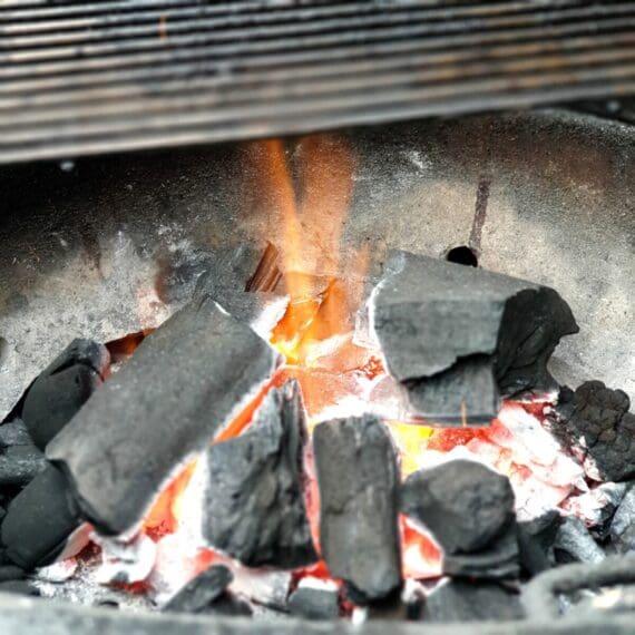 Grillkol av Quebracho Blanco från Pitmaster är en grillkol som kan hålla riktigtigt höga temperaturer under lång tid. Perfekt kol för pizza bakning på grillen, kamadon eller när du skall köra steak house searing av skivor av kött. Stora bra bitar i combo med mindre gör att säcken täcker många behov.