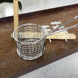 Pommeskorg i form av en frityrkorg - duka snyggt och funktionellt