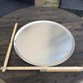 Pizzatallrik 40cm i aluminium / Runt Serveringsfat 4ocm diameter i obehandlad aluminium - grymt snygg servering av tapas Med detta rustika stora runda serveringsfat eller serveringsbricka kan du snyggt duka fram allt från BBQ till skaldjur eller varför inte tapas och plockmat! Detta serveringsfat kan även användas för att varma upp mat på grillen, du skall dock vara medveten om att öppen låga på sikt kommer att sota ytan. Pizza blir krispig även vid en andra uppvärmning när du använder detta serveringsfat för uppvärmning i ugn eller grill.