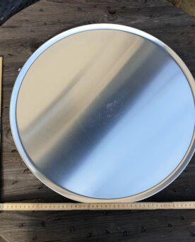 Runt Serveringsfat 5ocm diameter i obehandlad aluminium - grymt snygg servering av tapas - eller är detta den perfekta tallriken för familjepizza?! Med detta rustika stora runda serveringsfat eller serveringsbricka kan du snyggt duka fram allt från BBQ till skaldjur eller varför inte tapas och plockmat! Detta serveringsfat kan även användas för att varma upp mat på grillen, du skall dock vara medveten om att öppen låga på sikt kommer att sota ytan. Pizza blir krispig även vid en andra uppvärmning när du använder detta serveringsfat för uppvärmning i ugn eller grill.