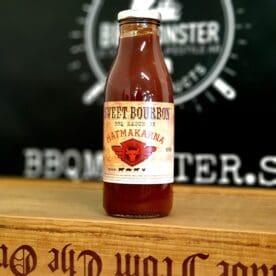 """BBQ-sås """"Sweet Bourbon"""" En ekfatsdoftande BBQ-sås med rötterna i Skånska myllan, närmare bestämt i världsmetropolen Kävlinge. Såsen kokas varsamt samman av på lokalt avstånd odlade tomater och kryddas upp med bland annat chili, farinsocker, sirap, vanilj, plommon, morot, paprika och vinäger. Produktionen sker utan konserveringsmedel och hållbarheten är minst 30 dagar i öppnad flaska (som förvaras i kylskåp). Denna lagom ekfatsdoftande BBQ-sås har fått sin mjuka vaniljton av Whiskey. Såsen är en fyllig och naturligt söt BBQ-sås. Använd denna BBQ-sås som en kall sås vid bordet till grillat av gris, lamm eller nötkött eller som en spännande dressing i hamburgare. Matmakarna från Kävlinge har funnits sedan 1998 och är ett litet företag som arbetar med kvalitet i det som dem tar sig för."""