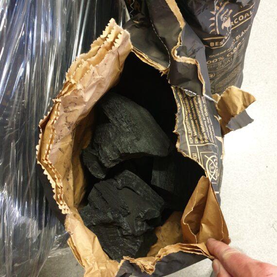 """Grillkol - BBQ kol av Quebracho Blanco Grillkol från BestCharcoal av Quebracho blanco trä består av grymt hårt trä och stora rejäla bitar som ändrar definitionen av STORA KOLBITAR- nu hårdtestad och utses till den absolut bästa kolen för low & slow och BBQ (kan även ge väldigt heta grillningar och pizzavärme med tanke på energiinnehållet). BBQmonster har genomfört en 110graders 24 timmar lång BBQ-session på en och samma laddning av detta kol. Detta genomfördes i en Kamado Joe Big Joe, utan controller (såsom Ikamand eller Flameboss) under april 2020 vid en utetemperatur på ca 8 grader. Då kördes först en full brisket och efter detta en omgång sidfläsk - allt på samma kol! Grillkol av Quebracho Blanco kan ligga och pyra på låg temp under många många timmar om du tänder kolen försiktigt. Om du vill ha en massiv glödhärd kan du istället tända kolen på flera olika ställen och du har på kort tid en värme som gränsar till olaglig. Kolen avger en fin doft av trä. Quebracho är ett samlingsnamn för en rad trädslag med hög till relativt hög densitet. Just kolet i Best Charcoal är från träd som har mycket hög densitet! Quebracho är spanska och översatt till Svenska står det för """"yxbrytaren"""" , alltså en syftning på träets hårdhet. White Oak är ett annat namn på detta träslag som blivit ett av de mest använda och populära för BBQ. Grillkol av Quebracho skapar minimalt med gnistor och lämnar endast efter sig en liten andel aska. Att det mesta av kolet går upp i energi innebär inte bara att du får valuta för pengarna utan även att täta grillar, som Kamados, kan förses med syre utan tilltäppta hål i bottenplattan. Ersätt briketterna med detta grillkol! BBQmonster noterar att användare av Bullet smokers såsom Smokey Mountain från Weber och kunder som kör low & slow i klotgrillar generellt är mer nöjda med Quebracho Blanco än någon annan kolsort, detta oavsett om det rör sig om low & slow eller hot & fast. Säcken är gjord av grovt papper i flera lager. Beskrivning Kolen är består av r"""