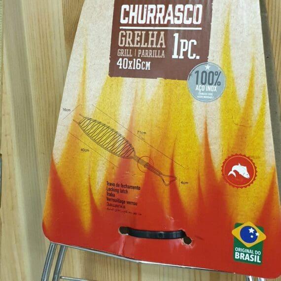 Fiskhalster, rostfritt Detta fiskhalster är gjort i Brazilien av Tramontina, ett företag som har specialiserat sig på utrustning för klassisk Grillning och BBQ av olika slag. Fiskhalstret är gjort i rostfritt stål och har därmed ingen beläggning som kan släppa och sätta sig i maten som smak eller kontaminering. Med ett fiskhalster är det enkelt att vända fisken. Optimalt för hel fisk men kan även användas för en fiskhalva såsom en filé av lax eller torsk. Förslagsvis lägger du då skivor av citroner eller någon annan frukt/grönsak som skydd mot den direkta värmen mot köttsidan. Om du kör hel fisk så är det enkelt: salta och peppra fisken in och utvändigt (eller använd en rub) fyll fisken med valfria godsaker, allt från frukt till grönsaker och missa inte fänkål som kan passa läskigt bra till vissa fisksorter med sin naturliga lakritston.