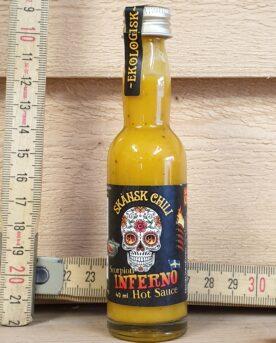 Hot Sauce Scorpion Inferno Hot Sauce Scorpion Infernomed rötterna i Skånska myllan, närmare bestämt i världsmetropolen Asmundtorp, känn på den världen! Dessa hot Sauce kokas varsamt samman på deras egenodlade och obesprutade chilis. Produktionen sker utan konserveringsmedel men tack vare en värmebehandling är hållbarheten mycket god (undertecknad har förvarat öppnade hot Sauce-flaskor i kylen i över 7 månader utan tillväxt av mögel). Hot Sauce modell Scorpion Inferno en riktig bröstvärmare! Den är stark, mycket stark men också mycket god. Det är en mycket fruktig och stark Hot Sauce. Chilihettan kommer som ett stick direkt och denna hetta hämtar sin kraft från Yellow Scorpion. 50 % av innehållet kommer av just denna chilisort som har en uppmätt hetta på cirka 1 miljon scoville. Använd denna Hot sauce som grund för din egen starka BBQ-sås eller förstärk din chiligryta med denna välsmakande bröstvärmare.
