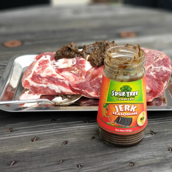 """Jerk har en bred betydelse på Jamaica, och omfamnar sättet att gnugga in köttet med antingen en torr eller blöt kryddmix. Jerk seasoning, alltså Jerk kryddor är den Karibiska ursprungsbefolkningens smaktankar hur kött från gris, get, lamm, får eller kyckling bäst kryddas. Smakerna är intensiva och peppriga. Peppriga i form av vår ofta ratade """"kryddpeppar"""", som vi ser som en julkrydda snarare än en smak för BBQ. BBQmonster har dock sedan ett tag tillbaka med framgång använt Kryddpeppar i bland annat """"Det vilda Svinet"""" (en rub för Vildsvin). Smaken kombinerad med chilihetta blir fantastisk! I denna Jerk Seasoning används den relativt heta och mycket fruktiga Scotch Bonnet chilin."""