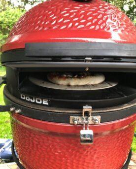 Med DOJOE - en formgjuten metallinsats förvandlar du din Kamado till en pizzaugn eller stenugn! Kamado Joe är varumärket som går i bräschen och utvecklar klassisk grillning till en livsstil. Med det senaste tillskottet förvandlar du din kamado till en högpresterande pizzaugn. Vinsten med insatsen är att du med rätt kol, utan påfyllning, kan baka pizza efter pizza med samma höga kvalitet på sista pizzan som på den första. Givetvis medföljer pizzasten!