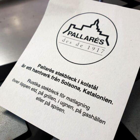 """Pallarès rustika stekbleck av kolstål är gjorda i Spanien sedan 1917. Prylar med kvalitet går aldrig ur tiden. Det är inte sällan som Pallarès stekbleck syns i matlagningsprogram eller i annonser, och det är inte svårt att förstå varför - de är episkt snygga och grymt funktionella. Multifunktionella Dessa Stekbleck eller stekplåtar som de också kallas passar för all typ av matlagning: över öppen eld, på grillen, i ugnen eller på spisen. Kolstål sprider värmen väl och blir snabbt upphettat. Testa att fräsa musslor och räkor i olivolja med en krossad vitlök, lite silverlök och pressa över en lime. Servera med bröd som gnuggats med en rå vitlök och därefter fått landa i ett torrt stekbleck. Smashburger / Hamburgare? Många gillar att bränna av burgaren på plan en yta - testa att göra det direkt i stekblecket! Snygga även vid som uppläggningsfat och passar därför in under epitetet """"från grill till bord!""""."""