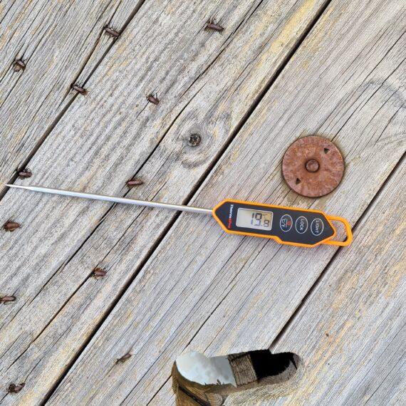 """Köttermometer TP01 Köttermometer Thermopro TP01 är en fantastiskt liten kamrat ute vid grillen och i köket. Denna köttermometer från Thermopro är snabb, riktigt snabb (3-4sek). Enkelt handhavande med tryckkänslig yta - alltså inga knappar där germs och bassilusker kan gömma sig. Displayen är tydlig och har en bra bakgrundsbelysning. Spetsig nål för mindre ingångshål. Noggrannheten är hög: +/-0,5 grader Celsius! Val av termometer Efter val av kol är valet av termometer kanske det viktigaste valet för en griller. I grundutrustningen hos varje seriös griller och foodie bör det finnas två sorters termometers: en stationär termometer med minst två stycken probes (nålar), gärna trådlös så att du enkelt kan övervaka längre grillningar utan att behöva lyfta på locket. Den andra bör vara en riktigt snabb termometer och det är här denna modell kommer in i bilden. Den ena ersätter inte den andra utan används på två helt olika sätt. En snabbtermometer används för att blixtsnabbt avgöra om laxen, kycklingfilén eller skivan med kött är klar. Lyft gärna upp köttbiten eller fisken en bit från galler och direkt värme. Tryck in hela nålen i centrum/centrum och dra därefter långsamt termometern mot dig och avläs hela tiden displayen - om måltempen visas genom hela """"draget"""" kan du vara säker på att målet är nått. Handhavande Enklare blir det inte: tryck in nålen i objektet, dra det sakta ut ur köttet medans du avläser displayen för att notera eventuella avvikelser. Design Displayen är tydlig och bakgrundsbelyst. På baksidan finns en magnet så att du enkelt kan fästa din TP01 mot en spik, skruv eller annan magnetisk yta. Spetsig nål för mindre ingångshål. Fördelar: Snabbare än Bolt (3sek) Bakgrundsbelysning vid ett tryck på knappen Auto off efter 10 minuter noggrannhet på +/- 0,5 C"""
