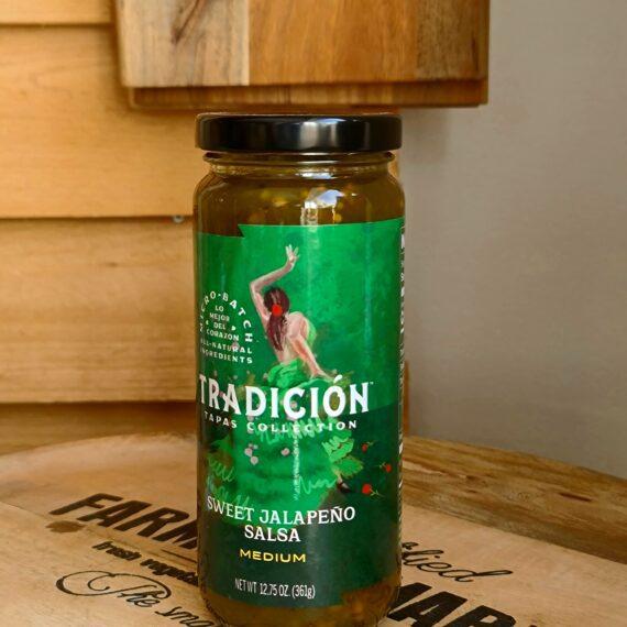 Sweet Jalapeno salsa Dip mix - perfekt för Nacho chips eller som dressing i den hetare hamburgaren. Efterlängtad? Svar Johan Adam - JA! Smaken av denna Sweet Jalapeno Dip mix är sådär perfekt syrlig som krävs för att bryta av den mullrande hetta som kommer med exempelvis beef chili. När du öppnar locket så slår doften av äpplecider och picklad chili och syltlök mot dig. Hela senapskorn och bitar av jalapenos skapar en lagom chunky konsistens. Chilibettet är medium hett och det öppnar dörren för många användningsområden - dippa dina nacho chips eller testa den över en äggröra eller i varm toast med cheddarost och rökt skinka.