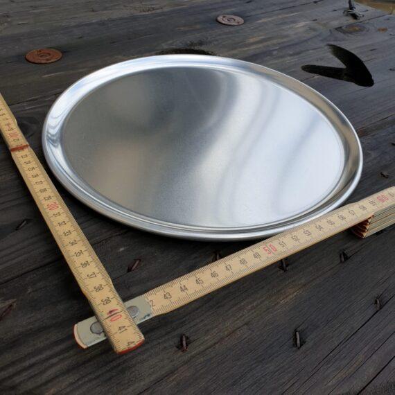 Tallrik 28 cm i aluminium / Runt Serveringsfat 28 cm diameter i obehandlad aluminium - grymt snygg servering av tapas Med denna rustika tallrik blir dukningen riktigt snygg. Du kan även använda tallriken som serveringsfat eller serveringsbricka för att snyggt duka fram allt från BBQ till skaldjur eller varför inte tapas och plockmat! Detta serveringsfat kan även användas för att varma upp mat på grillen, du skall dock vara medveten om att öppen låga på sikt kommer att sota ytan. Pizza blir krispig även vid en andra uppvärmning när du använder detta serveringsfat för uppvärmning i ugn eller grill.