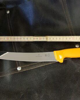 Delningskniv från Victorinox aka Breaking knife även kallat Cimeter kniv är en styckningskniv med kurvat (böjt) 26 cm långt blad, likt en sabel. Knivtypen används för att stycka upp större köttstycke i mindre bitar. Även den största bit högrev styckas med enkelhet upp i kuber med denna bländande blanka Breaking knife. Att bladet är kurvat (böjt) gör att du med en gungande rörelse med enkelhet skär igenom även de största styckdetaljerna. Delningsknivens totala längd är ca 40 cm, fördelat på ett handtag på 15cm och ett 26 cm långt, styvt blad med sylvass egg. Swibo knivarna från Victorinox används professionellt av både styckare och slaktare. Fokus på användarvänlighet, enkelhet att rengöra och ergonomi ligger i fokus. Skaftet som är gjort av Wenger är av konstmaterial som ger ett grymt bra grepp och som är enkelt att rengöra. Handtaget passar både höger- och vänsterhänta. Det finns en avlastningsyta för tummen på den skärande handen och som sagt - denna passar både höger- och vänsterhänta. Både skaft och blad är helt fritt från mikroporer vilket gör att både blad och handtag går att får helt rent och desinficerat.
