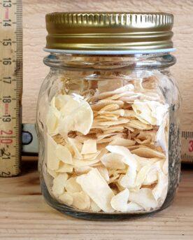"""Vitlök i skivor är ett tacksammare sätt att tillföra vitlök än vitlök i pulverform eller granulat. Med vitlök i skivor kommer smaken av vitlök inte """"vara överallt"""". Istället landar smaken av vitlök först in när en bit hamnar på tungan. Doften är ren och på gränsen till rostad. Smaken är mildare än färsk vitlök och det är enklare att krydda kött med denna typ av torkad vitlök än färsk vitlök som alltjämt riskerar att bli för skarp och dominera köttet. Kryddan säljs i glasburk med stor öppning och tätsittande lock av metall."""