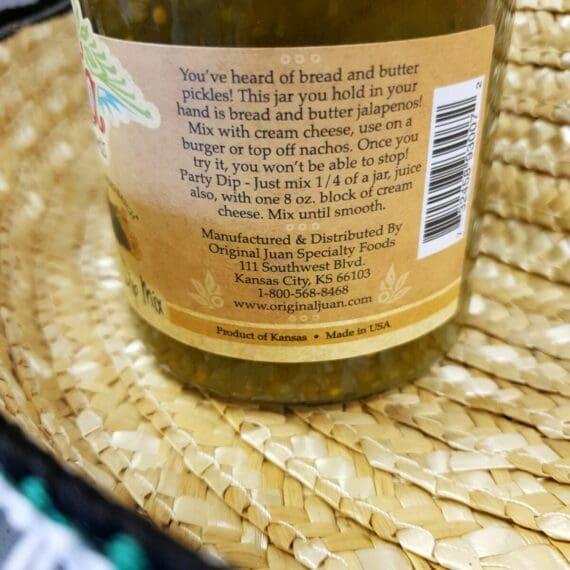 Jalapeno salsa Dip mix - perfekt för Nacho chips eller som dressing i den hetare hamburgaren. Smaken av denna Jalapeno Dip mix är sådär perfekt syrlig som krävs för att bryta av den mullrande hetta som kommer med exempelvis beef chili. När du öppnar locket så slår doften av äpplecider och picklad chili och syltlök mot dig. Hela senapskorn och bitar av jalapenos skapar en lagom chunky konsistens. Chilibettet är medium hett och det öppnar dörren för många användningsområden - dippa dina nacho chips eller testa den över en äggröra eller i varm toast med cheddarost och rökt skinka.