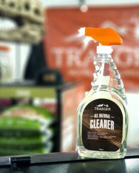 Rengöringsspray Denna rengöringsspray från Traeger är helt AMAZING! Vi börjar med att säga att den är gjord på växtbaserat innehåll (bland annat kanel- och vitlöksolja!). Här drar de flesta öron åt sig - kan det fungera? - kommer allt smaka kanel och vitlök nu? - Svaret på fråga 1 är: Johan Adam JA!. fråga 2: NEJ, det stinker inte vare sig av vitlök eller kanel av denna spray, däremot inte heller kemikalier. Du kan med trygghet rengör galler och andra grilltillbehör såsom drumstick holders, bacon rack, stekbord mm. Gjord för att spraya på livsmedelsytor men löser även fett och sot som samlats utanpå din grill, pelletsmoker eller kamado. Undertecknad rengjorde gamle Kamado Big Joe med denna och keramiken sken ikapp med solen (och kamado-ägaren...som fick ny-grills-känsla).