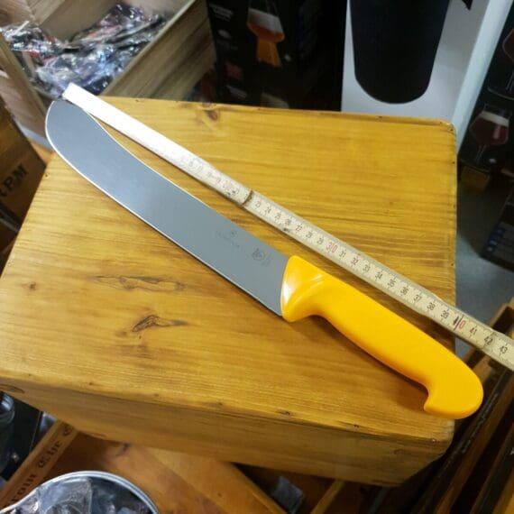 Slaktkniv och delningskniv från Victorinox med klassiskt böjt, uppåtvinklat avslut på bladet. En slaktkniv används som hörs på namnet främst för slakt men även för styckning av köttstycke. Denna slaktkniv har en betydligt tyngre egg än Fibrox modellerna (slaktknivar med 18cm blad och 15 cm blad) som du också finner hos BBQmonster. Det tyngre och grövre bladet gör kniven okänslig för tuffa tag, exempelvis om du behöver hugga eller bända för att ta dig igenom ben eller tjocka lager bindväv. Avslutet med uppåtvinklat knivblad gör det enklare att komma åt att skära runt kotor och leder. Slaktknivens totala längd är mäktiga 46 cm, fördelat på ett handtag på 15cm och ett 31 cm långt, stelt blad med sylvass egg. Slaktknivarna från Victorinox används professionellt av både styckare och slaktare. Fokus på användarvänlighet, enkelhet att rengöra och ergonomi ligger i fokus. Skaftet som är gjort av Swibo är av konstmaterial som ger ett grymt bra grepp och som är enkelt att rengöra. Handtaget passar både höger- och vänsterhänta. Avlastningsplats för tummen på den skärande handen finns på båda sidor handtaget - passar alltså både höger- och vänsterhänta. Både skaft och blad är helt fritt från mikroporer vilket gör att både blad och handtag går att får helt rent och desinficerat.
