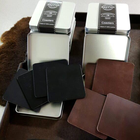 Coaster Brunt eller svart äkta läder Coaster 4pack underlägg av Brunt äkta läder. Underlägg i läder ger lyxig men också rustik och rå känsla som passar både slottet och timmerstugan. Dessa underlägg i 100% tjockt och fint läder är tåligt som underlägg och passar både under glas och flaskor. Bruna coaster i läder som ligger stabilt. Levereras i en vacker presentförpackning av metall - utmärkt present med andra ord! Måttet är 10 cm x 10 cm