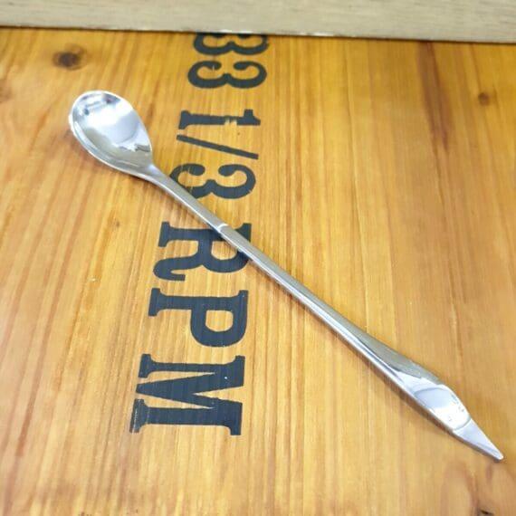 Drinksked / ice spoon Denna drinksked med långt skaft är perfekt att sätta i den drinken som serveras i det höga glaset. Det långa skaftet på drinkskeden avslutas med en spets på vilken du kan trycka dit en oliv, frukt eller ett bär. Spetsen kan även användas för att harpunera bären som flyr undan i botten på ginglaset när natten blivit sen - tips - blunda med ett öga ;)