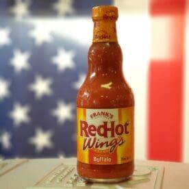 """FRANKS REDHOT Wing Sauce Franks REDHOT Wing Sauce tänkt att tillföra en syrlig och stark ton till bland annat chicken wings och andra grilldetaljer av Kyckling. Franks REDHOT var den hemliga ingrediensen i receptet för """"original Buffalo wings"""" som föddes i Buffalo, N.Y 1964. Använd denna Franks REDHOT wing Sauce för att pensla kycklingvingar och kycklinglår mm eller som en kall sås vid bordet. Tips när du grillar kyckling: Kyckling som har fått bada i en 10% saltlösning i ett par timmar (eller 5% över natten) får en fin genomsaltad smak även djupt i bröstfiléerna och i låren. Skinnet blir dessutom krispigare. På tal om krispighet - kör inte kyckling i för låg temp om du önskar knaprigt skinn. Det krävs en temperatur på mellan 170 och 200 grader för att skinnet skall kunna bli riktigt krispigt. När du penslar med en sås som innehåller socker (som denna), så gör du det i slutet av grillningen. Detta för att undvika att sockret bränner sig för hårt."""