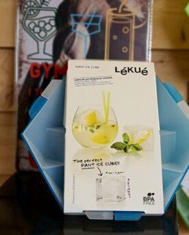 Iskuber - Gigant perfekta för stora gindrinkar, enkel att fylla fri från BPA Iskuber - GIGANT 4x4cm- smälter långsamt Iskuber som formas i den smidiga formen som inte sviktar när du bär den till frysen. Storleken 4x4cm är perfekt för stora gin-glas Perfekt även för den överdimensionerade Jack Daniels stänkaren. Mått på iskuberna 4x4cm