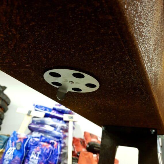 """Stor lyxgrill i cortenstål En grymt cool, annorlunda och på många sätt unik grill. En grill som öppnar upp för """"Social grillning"""". Ge dina gäster vars ett grillspett och sprid ut er över den över 1.5 meter långa grillen. Grillen kan även placeras utan de långa benen och istället stå på stumparna på ett icke brännbart material - ex en mur eller stenskiva i ett utekök. Under grillen finns en underhylla där du kan placera en spann för att samla upp aska eller helt enkelt använda som en hylla för skorstenständaren och grillborstar som medföljer i priset, vilket även en gallertermometer gör Grillen är handgjord i Europa. Enkel montering. Lååång 1,6 meter lång (160cm) inkluderat sidoborden. Grillytan är 134 cm lång vilket är tillräckligt för att verkligen kunna tala om två olika värme zoner. Grillytan täck av 2 galler som är 45cm breda, 34cm djupa och hela 8mm tjocka (!). Mellan dessa finns ett mellanrum för att kunna nå kolen eller placera grillspett eller grilla en marshmallow under tiden som köttet blir klart. Luftfördelning Luften tas in mitt under grillen och inuti grillen finns en kanal - en trekantslist med hål i - vilken hjälper till att försörja hela grillen med syre Med locket stängt kan du styra luftflödet och därmed temperaturen. På ovansidan finns ett reglage och detta med luftintaget i botten styr flödet. Corten + rostfritt Cortenstål - outslitligt material som används bland annat som kantskydd i rabatter, till statyer, konstverk och som fasadbeklädnad på hus i """"utsatta"""" havsnära miljöer. Detta i kombination med rostfritt stål ger ett riktigt coolt och lyxigt intryck."""
