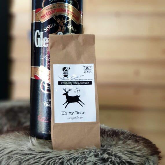"""Kryddblandning för Hjort Denna kryddblandning för vilt är som gjort för Hjort! En rub som är tänkt att förstärka och komplettera de smaker som Hjort och Rådjur för med sig. Kött av hjort och rådjur för med sig en ganska stark och tydlig smaka av """"järn"""". Denna rub använder råsocker för att jämna ut den järnrika smakplatån och istället låta andra smaker komma fram. Den rostade vitlöken och ramslöken går ypperligt ihop med hjort och rådjur. Grönpeppar gör att grunden från såsen också är gjort (hjort :) om du bara fångar upp sky och droppet från köttet. Tips vid magert vilt: kör mycket försiktigt på grillen, håll tempen under 120 grader så länge du kan. Använd gärna en näve körsbärsflis när du lyfter upp köttet nära måltempen. När du är ett 4 grader ifrån måltempen avslutar du med bryna köttet i smör som fått fräsa med vitlök och rosmarin. Det sista momentet kan du göra inomhus i bra stekpanna om du så önskar. Komplett innehållsförteckning: MedelhavsSalt, Råsocker, Svartpeppar, Grönpeppar, Oregano Salvia, Ramslök, Rostad Vitlök, Gul lök, Ramslök, Salt rökt med Hickory. Kan innehålla spår av: SENAP &SELLERI"""