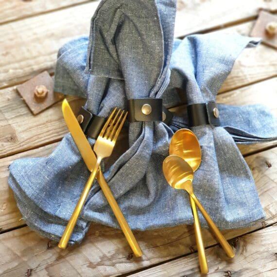 Servettring svart i äkta läder Servettring i Svart äkta läder där du får med en riktigt stilig och stor Tygservett i 100% bomull Servettring i läder ger lyxig men också rustik och rå känsla som passar både slottet och timmerstugan. Denna Servettring är i 100% tjockt och fint läder med en bronsfärgad nit. Måttet på Tygservetten är 70x50cm