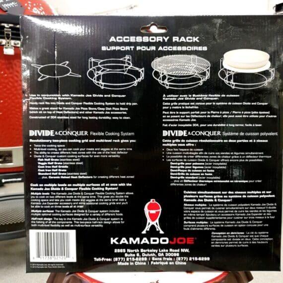 """Tillbehörs Rack / Accessory RACK Uppgradera din 47 cm Kamado. Tillbehörsrack Kamado Joe Classic för Flexible cooking rack kallas även accessory rack och är en del av divide and Conquer systemet från Kamado joe Flexible Cooking Rack är grunden i det system som Kamado har döpt till det pampiga namnet """"divide and conquer"""". Passar Kamado Joe Classic, men passar även utmärkt i andra kamados exempelvis både Big Green Egg L och andra kamados med en grillyta på 45-47 cm (vilket innefattar de flesta """"brandade"""" Auplex Kamados på marknaden ex Julas """"Axley"""", NetOnNet´s """"Austin & Barbeque"""" mfl. mfl.). Detta är tillbehörs racket som gör att du kan placera en gjutjärnsgryta hängandes fritt i luften i """"sina handtag"""" med den stora fördelen att du inte får en svår värmeöverföring från galler eller annat underlag. Accessory RACK ger också möjlighet att stadigt placera en skålad Wokpanna ännu närmre glöden än om den vådligt balanseras på ett galler. Vad är Flexible Cooking rack Flexible Cooking rack ger dig möjligheten att dela upp din grillning och BBQ till att innefatta att du kör 100 % indirekt (två stenar i) 50% indirekt (en sten i) eller helt utan deflektorstenar (se nedan). Du kan också placera dina galler med två olika avstånd från glöden, vilket är praktiskt när du kör två olika sorters kött/fisk/fågel/grönsaker där det krävs olika hårt värmeanslag. Flexible Cooking rack placeras ovanpå fireboxen (den inre keramiken). För att få nytta av detta tillbehör behöver du även köpa till deflektorstenar samt galler. Även stekbordet och tillbehörs racket som håller en pizzasten eller en gryta finns att komplettera med för ett fullständigt kamado uppgraderings kit. Vad är en deflektorsten / heat deflector? Deflektorstenar har till uppgift att skärma bort den direkta strålningsvärmen från glödande kol (eller briketter). Genom detta skapa en yta för indirekt grillning rakt ovanför stenen. På stenen kan man placera en droppskål eller droppanna. Vissa använder engångsformar i aluminium, andra"""
