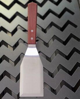 Spatula / Turner, Stekspade Snygg och rejäl spatula eller så kallad Turner. Denna Spatula / Turner består av ett stabilt blad av rostfritt stål med slipad främre egg. Bladet är tillräckligt stabilt för att du skall kunna trycka till din burgare om du så önskar. Handtaget är av äkta trä och har snygga nitar i rostfritt. Total längd ca 29 cm varav bladet är cirka 13 cm långt och ca 7,5 cm brett.