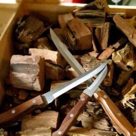 """3pack köksknivar till superpris Detta 3pack med köksknivar innehåller: 7"""" Trancheringskniv 6"""" Boningknife 3""""svamp-avocadokniv En trancheringskniv används för att skära upp kött. Ett relativt lågt och styvt blad gör att det enklare att skiva raka skivor av steken. En boningknife används för finlir runt ben eller för att ta bort hinnor på exempelvis revben. Svampkniven är som namnet säger perfekt för att rensa svamp men även för att dela avocados och andra stenfrukter. Denna kniv har ett blad av kolstål som är hårdare än exempelvis OKC knivarna. Detta gör att en vass egg håller sig längre och knivarna är mycket tåliga mot rostangrepp. Skaft av rosenträ."""